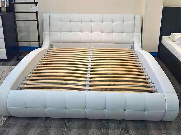 Кровать Nuvola 1 фото в белой экокоже с основанием и стразами